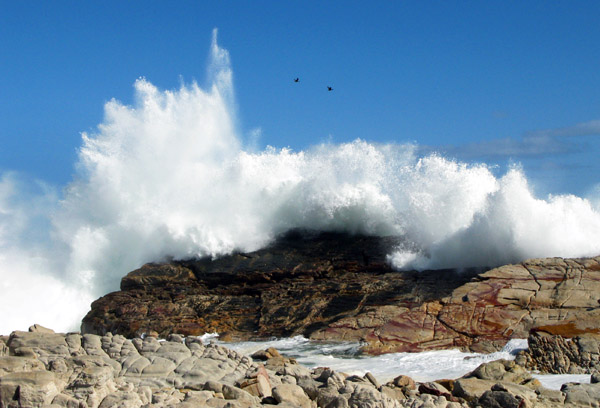 The noise when the waves smashed into the rocks was like thunder.