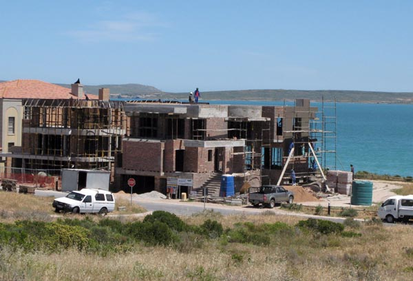 In spite of the financial situation in SA at the moment there are still some pretty big houses going up at Calypso Beach.