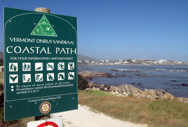 Great coastal hiking trail that links the three places.